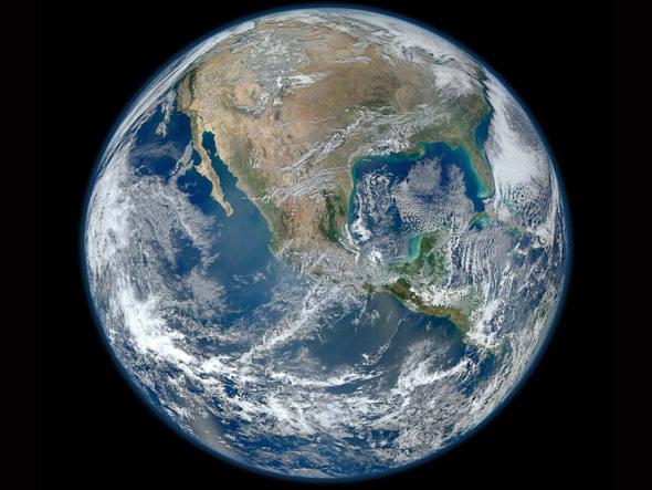 """Uma imagem """"mármore azul"""" da Terra tirada pela Radiometer Imager Visible/Infrared Suíte instrumento (VIIRS) a bordo do satélite Suomi NPP da NASA. Esta imagem composta usa um número de faixas da superfície da Terra, tiradas em 4 de janeiro de 2012. Créditos: NASA/NOAA/GSFC/Suomi NPP/VIIRS/Norman Kuring"""